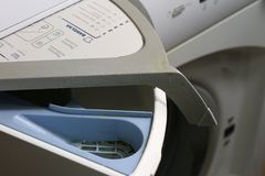 Lavatrice per i vestiti e detersivo di lavanderia con risciacquare l fotografia stock libera da diritti