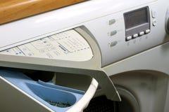 Lavatrice per i vestiti e detersivo di lavanderia con risciacquare l immagini stock libere da diritti