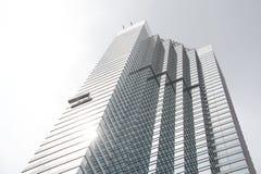 Lavavetri che lavorano al grattacielo di vetro soleggiato Immagini Stock