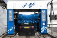 Lave-auto dans l'action avec un véhicule noir photos libres de droits