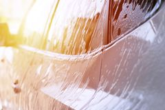 Lave-auto, voiture dans la mousse Image stock