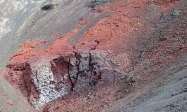 Lave congelée rouge de cratère volcanique Photo libre de droits