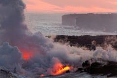 Lave coulant dans l'océan - volcan de Kilauea, Hawaï photographie stock