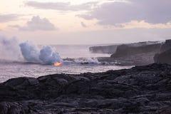 Lave coulant dans la mer à la côte sud de la grande île, Hawa Images stock
