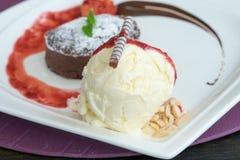 Lave de chocolat avec de la glace à la vanille images stock
