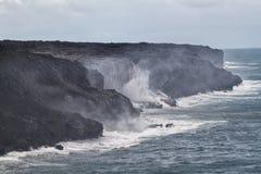 Lave faisant éruption dans l'océan pacifique en Hawaï Images libres de droits