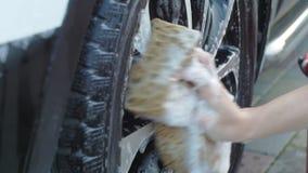 Lave las ruedas de coche