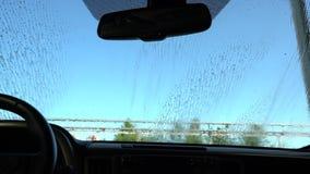 Lave le pare-brise de la voiture à la station de lavage banque de vidéos