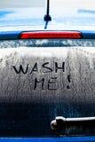 Lave-me palavras em uma janela de carro suja Fotografia de Stock Royalty Free