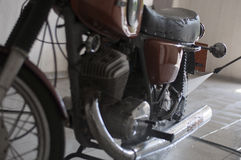 Lave a motocicleta 'IZH foto de stock