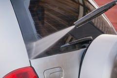 Lave o carro com uma lavagem de carros nas ruas Fotos de Stock