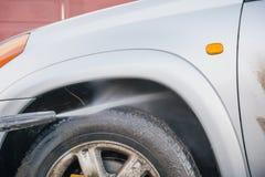 Lave o carro com uma lavagem de carros nas ruas Imagem de Stock