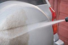 Lave o carro com uma lavagem de carros nas ruas Foto de Stock