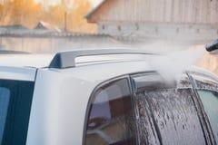 Lave o carro com uma lavagem de carros nas ruas Fotografia de Stock Royalty Free