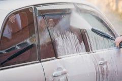 Lave o carro com uma lavagem de carros nas ruas Foto de Stock Royalty Free