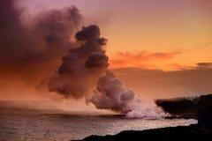 Lave se renversant dans l'océan créant une plume toxique énorme de fumée au volcan du ` s Kilauea d'Hawaï, grande île d'Hawaï Image libre de droits
