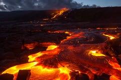Lave se renversante sur la pente du volcan Éruption volcanique et magma image libre de droits