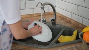 Lave-vaisselle avec l'?tiquette r?cepteur de comprim? avec l'?tiquette banque de vidéos
