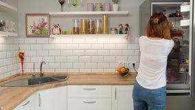 Lave-vaisselle avec l'?tiquette r?cepteur de comprim? avec l'?tiquette clips vidéos