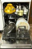 Lave-vaisselle avec le dishware dégoûtant photos libres de droits
