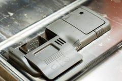 Lave-vaisselle avec les paraboloïdes modifiés Poudre, comprimé de vaisselle et rin Photographie stock libre de droits