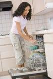 Lave-vaisselle de charge de femme Photographie stock libre de droits