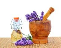 Lavendelätherisches öl mit Blumen im Mörser lizenzfreie stockfotografie