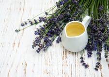 Lavendelöl mit frischem Lavendel Stockbilder