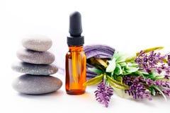 Lavendelöl und Blumen Stockfotografie