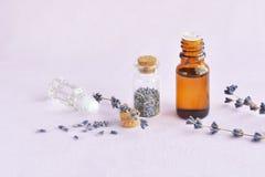 Lavendelöl und Blumen Lizenzfreie Stockfotos
