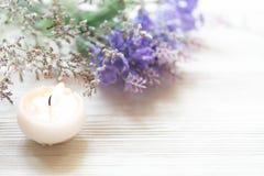 Lavendel aromatherapy Kuuroord met kaars Het Thaise Kuuroord ontspant Behandelingen en massage concrete achtergrond Gezond concep stock foto