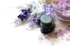 Lavendel aromatherapy Kuuroord met rock stone spa Het Thaise Kuuroord ontspant Behandelingen en massage witte achtergrond royalty-vrije stock afbeelding