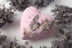 Lavendel-Badebomben auf einem weißen Hintergrund lizenzfreies stockfoto