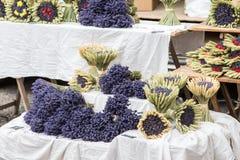Lavendel blüht für Verkauf an einem Markt in Provence, Frankreich lizenzfreie stockbilder