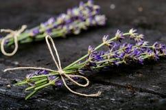 Lavendel blüht, Rosmarin, Minze, Thymian, Melisse mit alten Scheren auf einem schwarzen Holztisch Gebranntes Holz Badekurort und  Lizenzfreie Stockfotografie