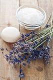 Lavendel blommar med salt för tvål och för bad Fotografering för Bildbyråer