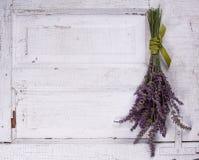 Lavendel, der auf ein altes Türpanel legt stockfotografie