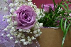 Lavendel, der Rose mit Baby ` s Atem heiratet Stockbilder