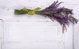Lavendel die op een oud deurpaneel legt stock fotografie