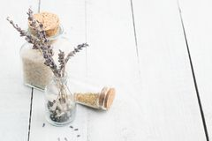 Lavendel droge bloemen met overzees zout Ruimte voor tekst Het kuuroord en ontspant concept rustic stock foto