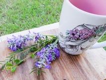 Lavendel en een kop van koffie op hout Verse lentetijdlavendel, purpere bloemen op witte achtergrond, Bos van lavendel dichte omh royalty-vrije stock afbeelding