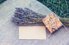 Lavendel en romantische brief Leeg blad van document, lavendel en giftvakje Romantisch concept Stock Fotografie