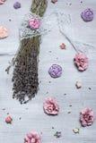 Lavendel en rozen op achtergrond Stock Foto's