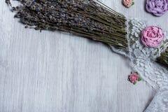 Lavendel en rozen op achtergrond Stock Afbeelding