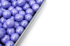 Lavendel farbige Süßigkeiten in einem Zinnbehälter Stockbilder