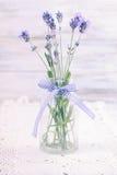 Lavendel in fles royalty-vrije stock afbeelding