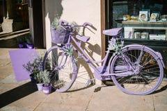Lavendel gemaltes Fahrrad Lizenzfreies Stockfoto