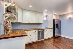 Lavendel-Küchenraum im Keller des Handwerkerhauses stockbild