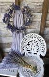 Lavendel-Kranz mit weißem Schmiedeeisenstuhl und getrocknetem Lavendel Stockbilder