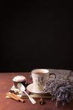 Lavendel met kop thee en cake op de zwarte achtergrond Royalty-vrije Stock Afbeeldingen